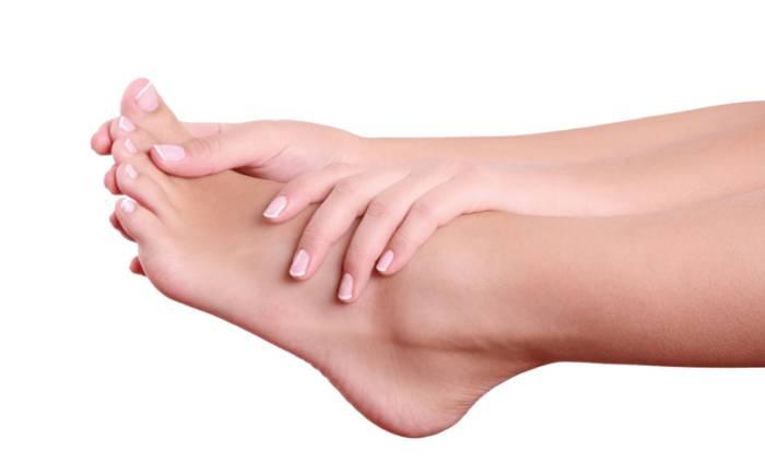 De ce se umflă picioarele